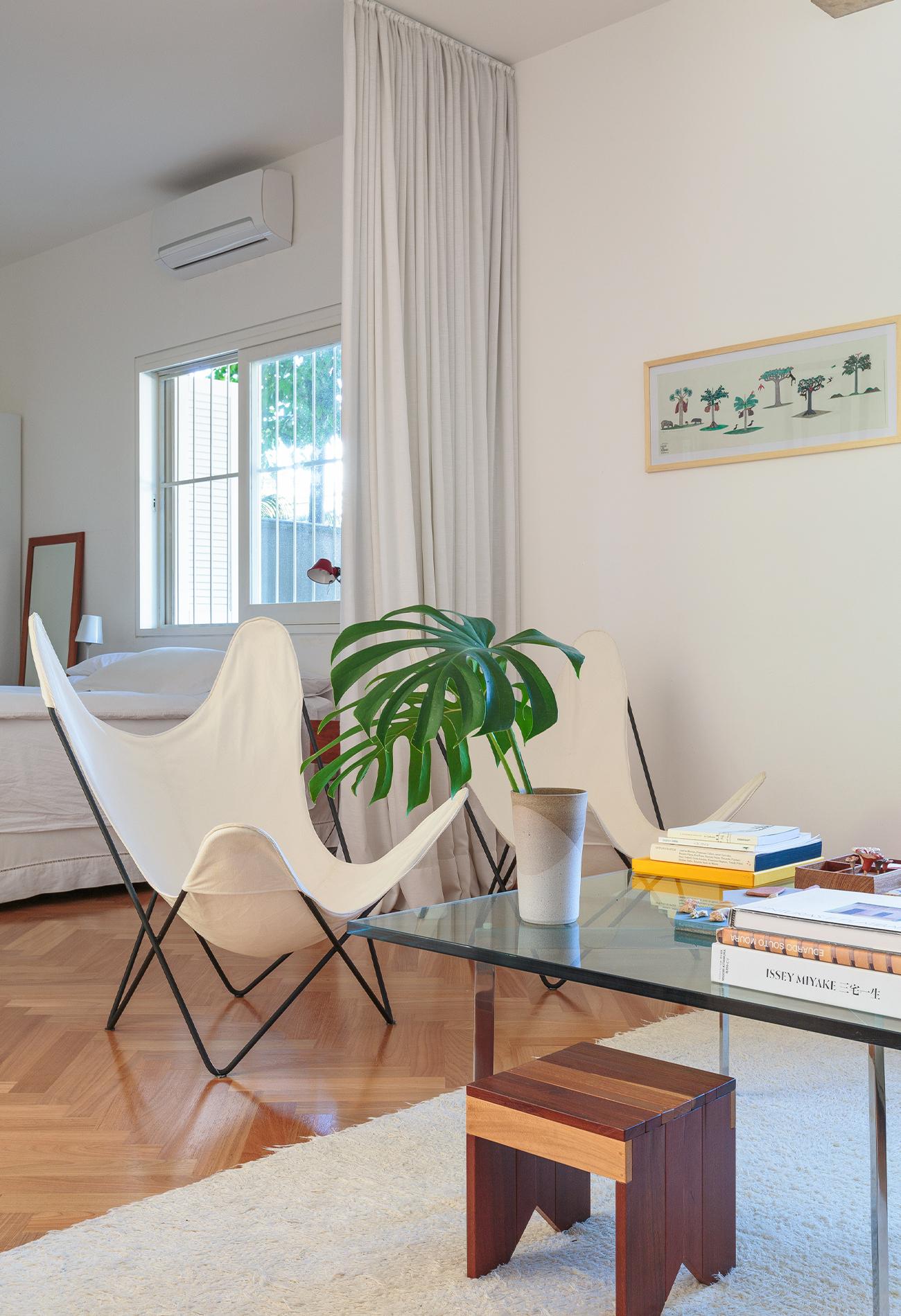 decoração sala cadeira butterfly cortina dividindo ambientes