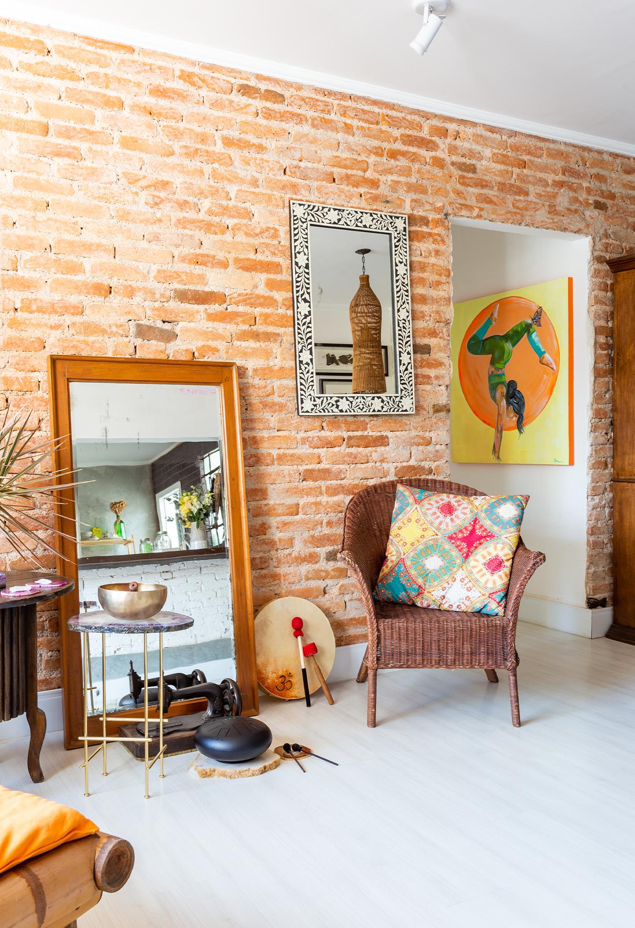 milla-decoracao-sala-parede-tijolos-espreguicadeira-de-bambu.jpg