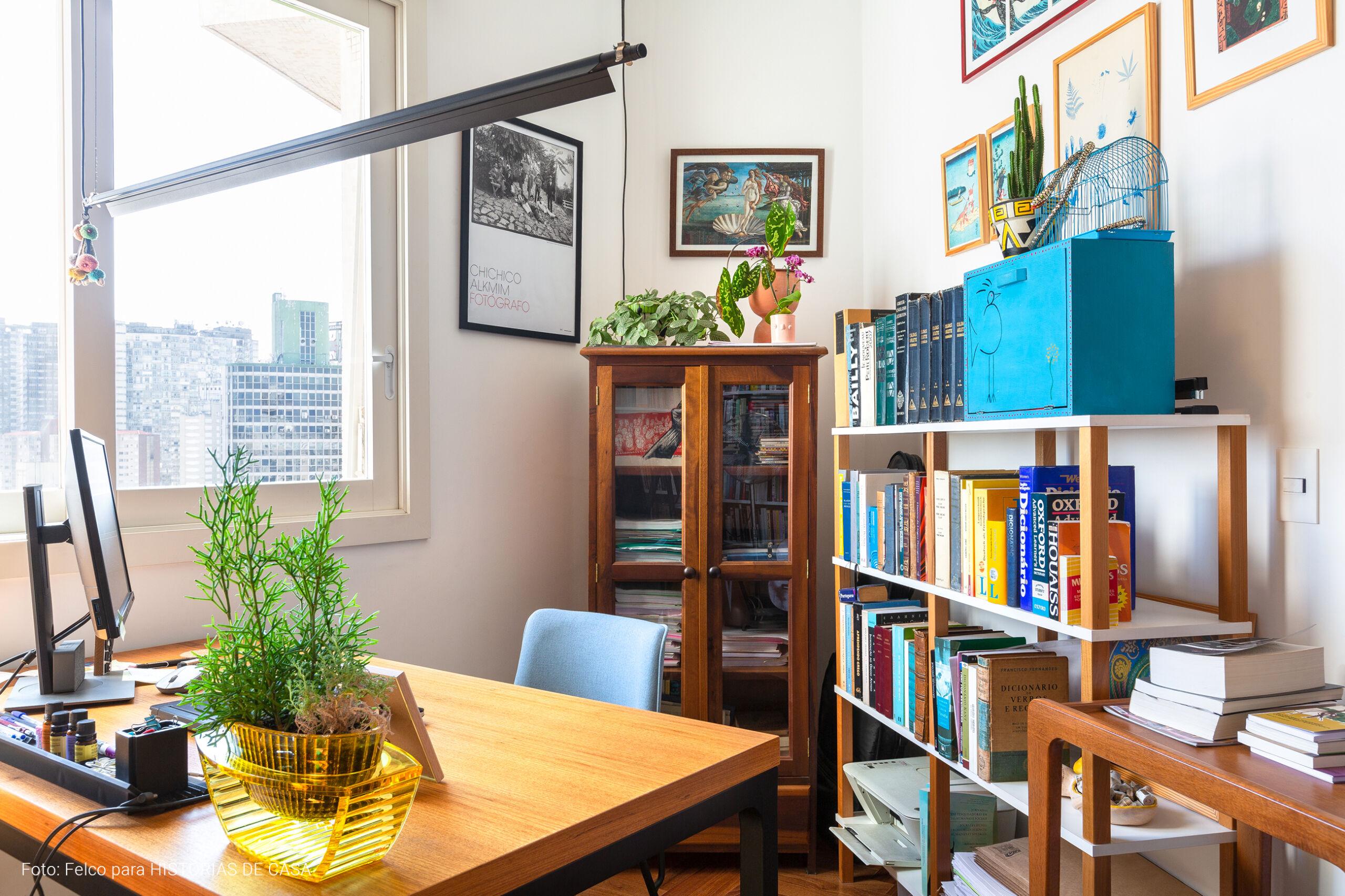 Home office com muitos livros