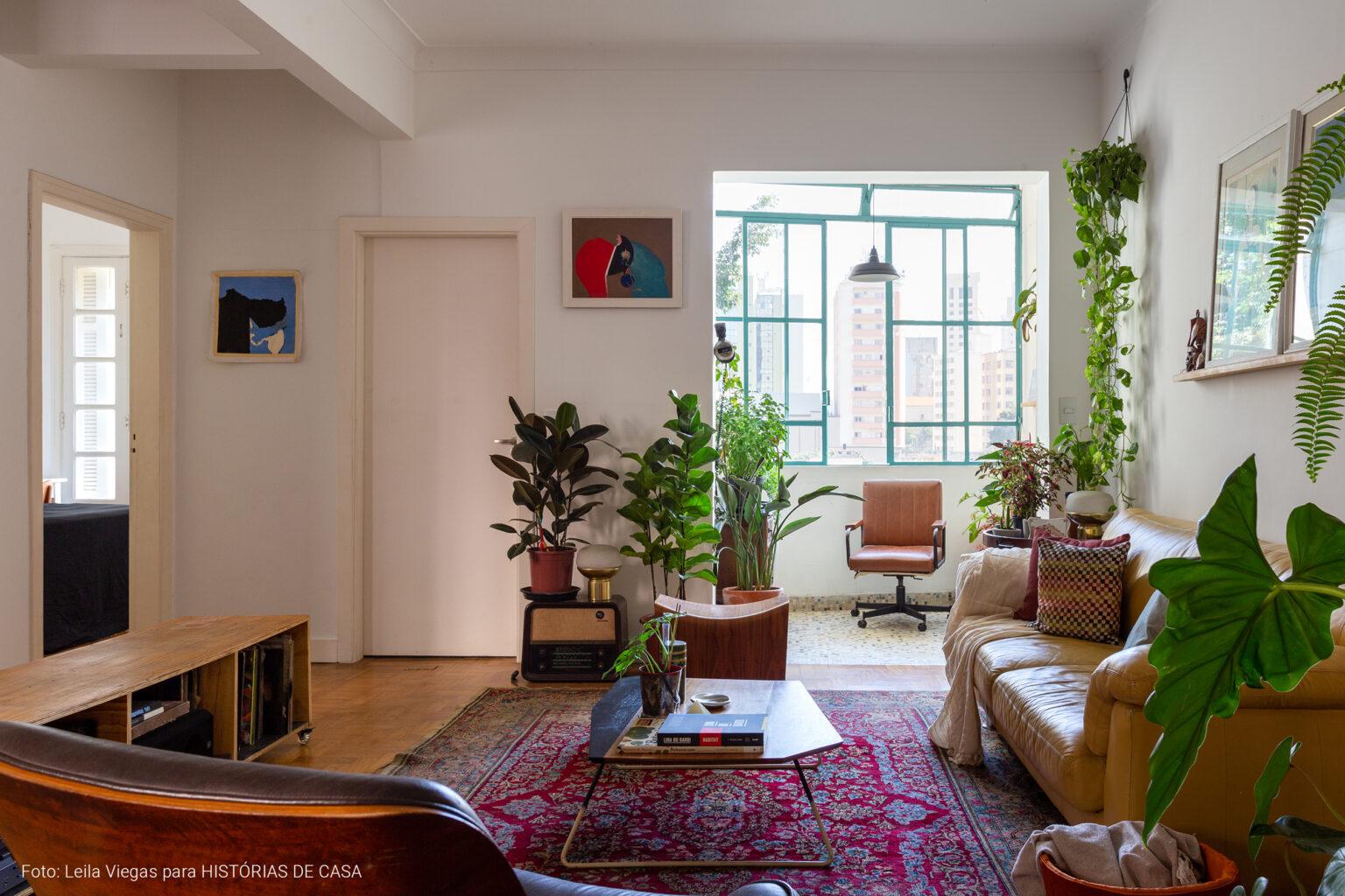 Apartamento antigo com reforma, muitas plantas e móveis vintage