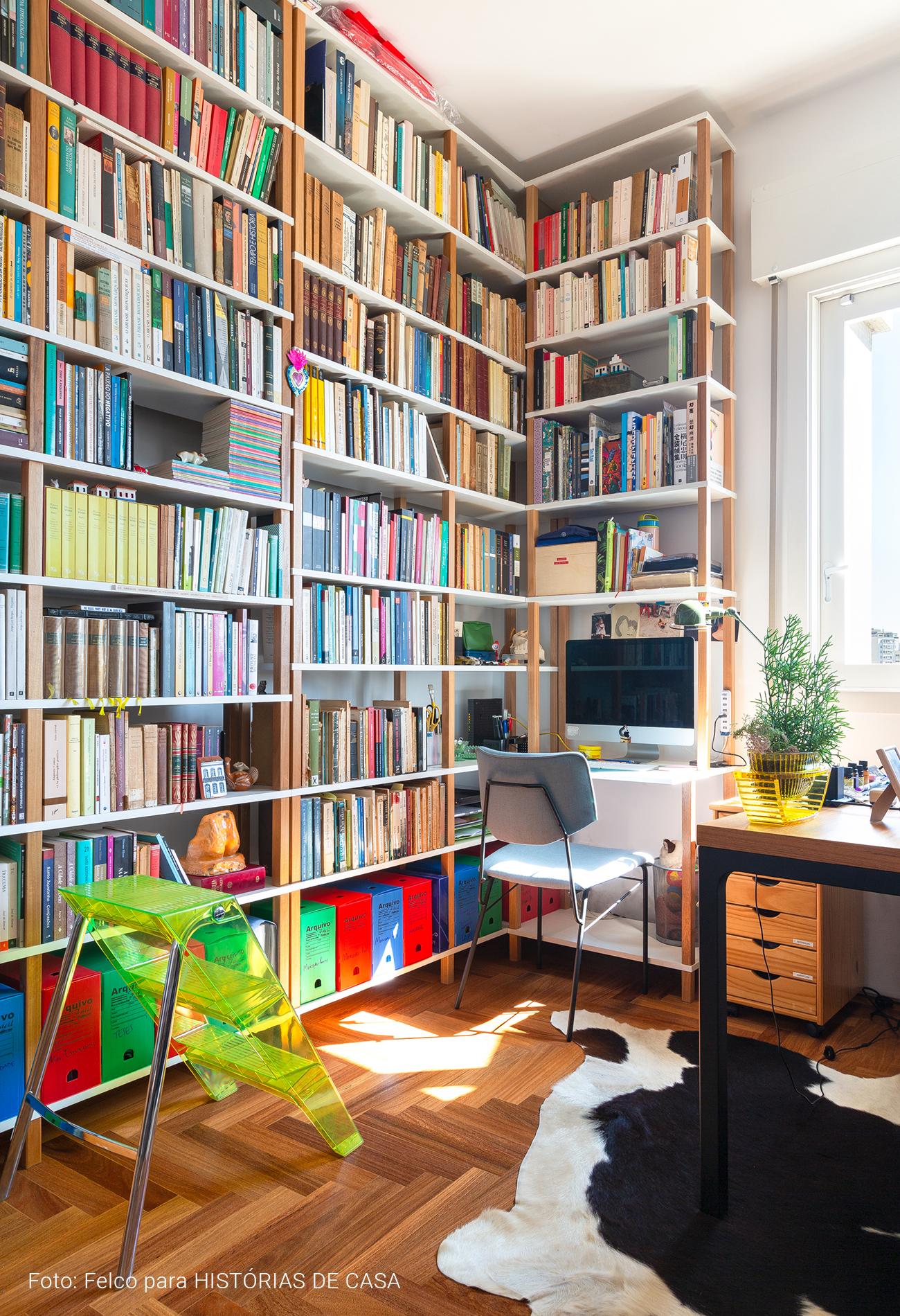 Home office com muitos livros e estantes