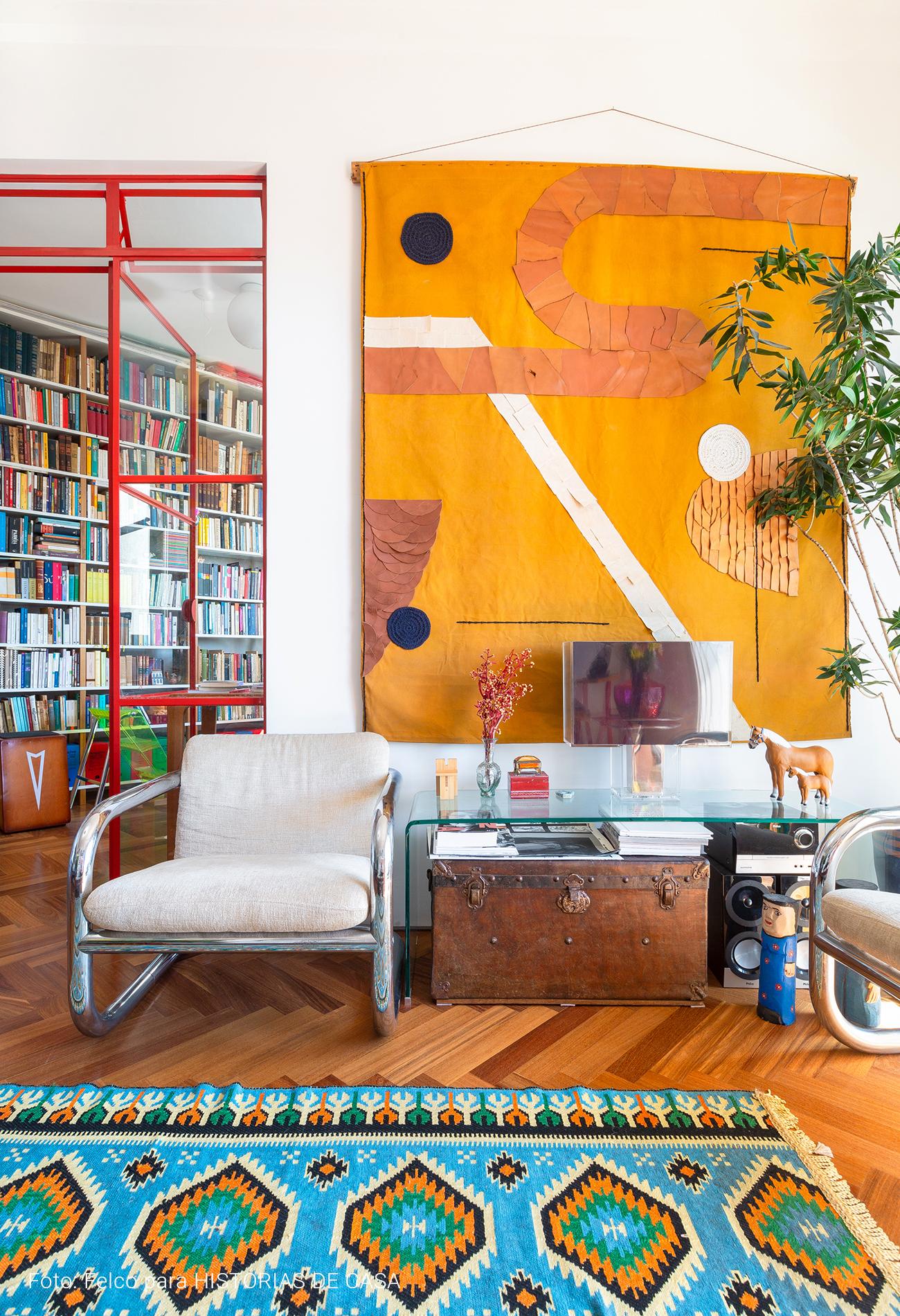 Apartamento com decoração colorida, arte em tecido
