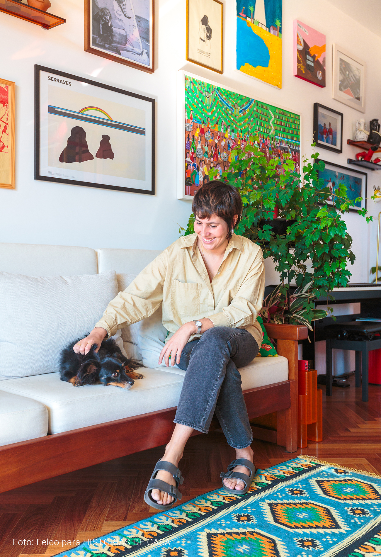 Nicolle e Zazá em sofá vintage