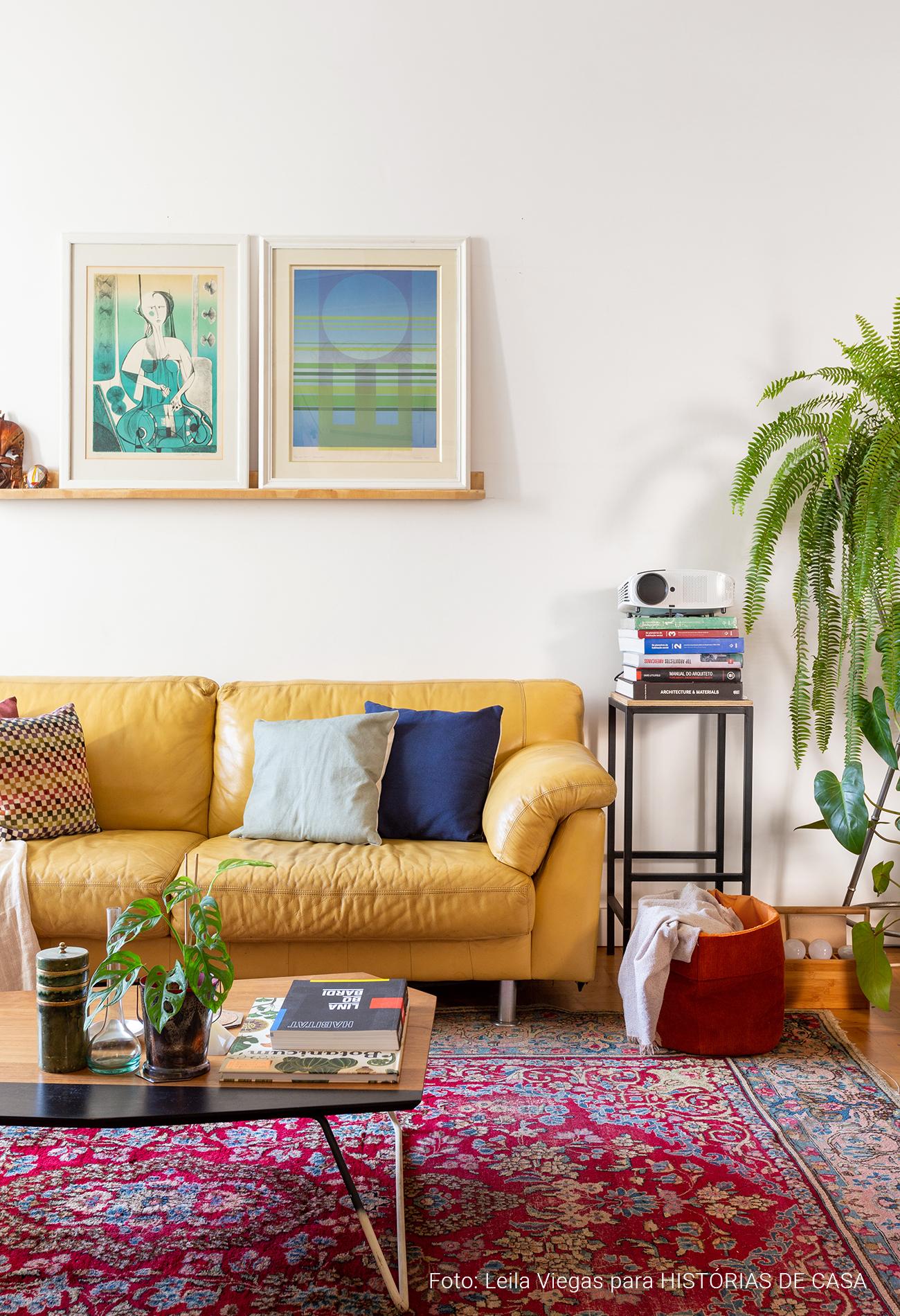 Apartamento colorido com muitas plantas e móveis vintage