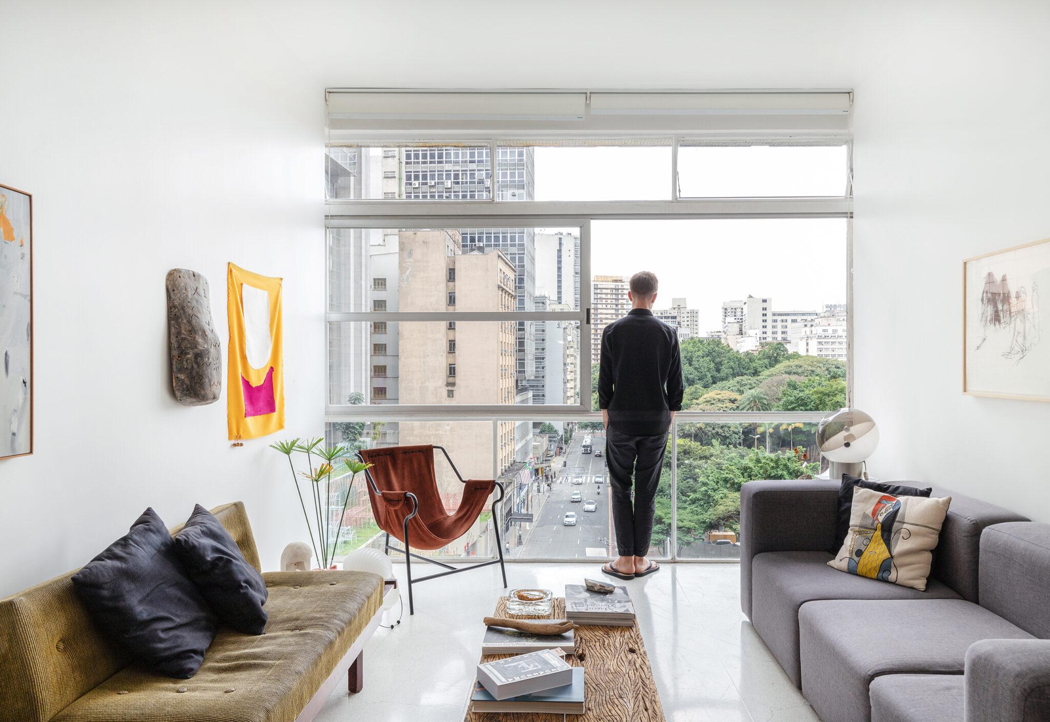 Apartamento no edifício Eiffel com piso de granilite e móveis vintage