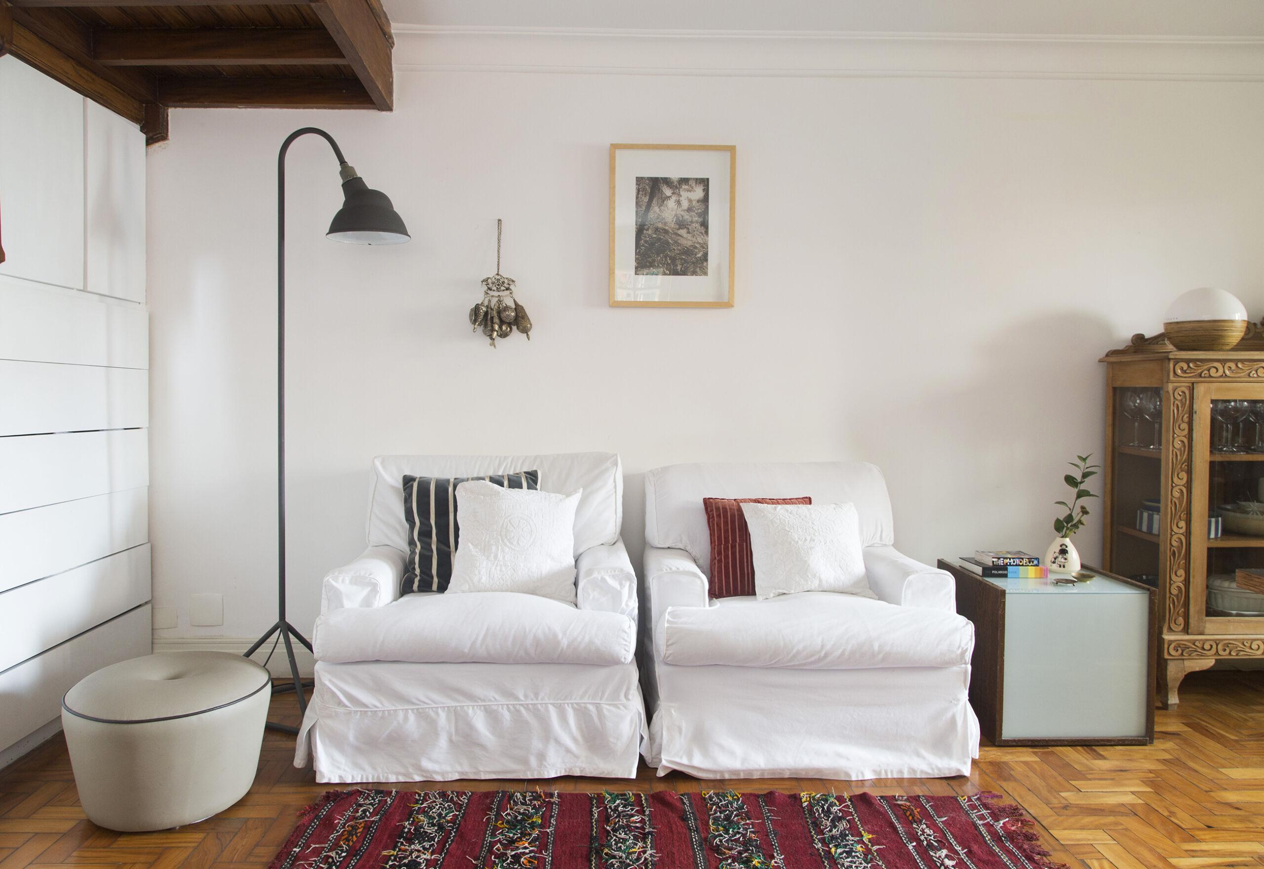 Sala com sofá branco e tapete étnico