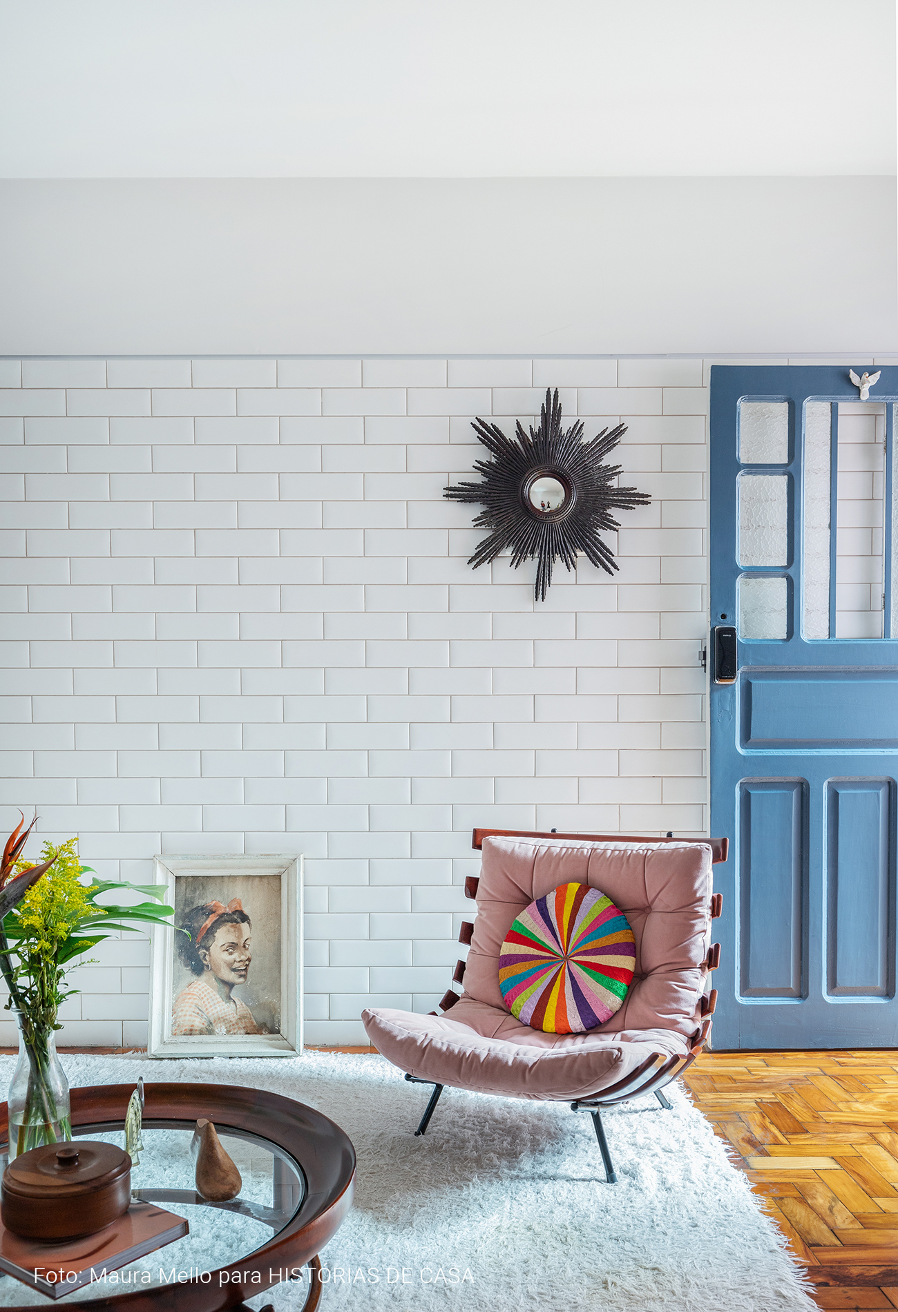 Apartamento térreo sala de estar detalhes coloridos