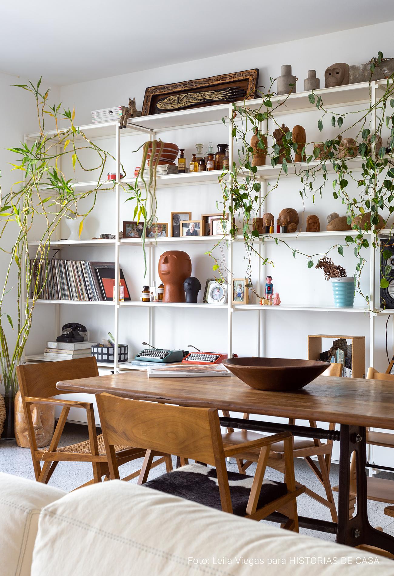 Apartamento neutro com materiais naturais e piso de granilite branco, Histórias de Casa