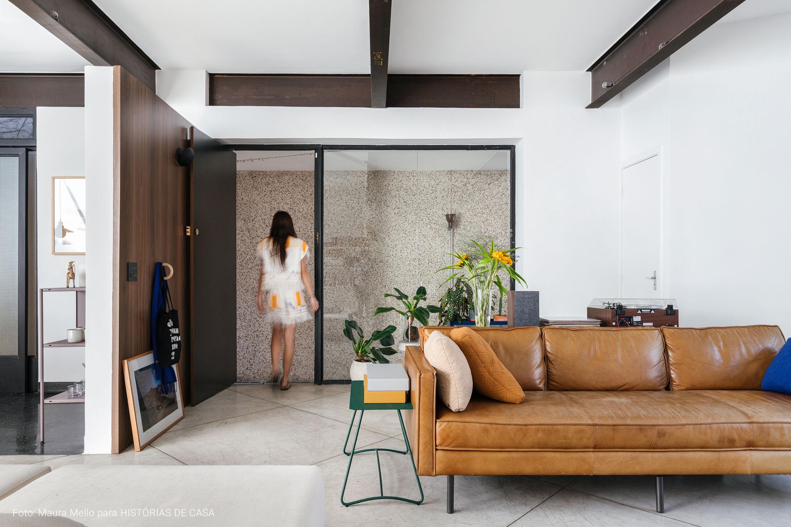 Casa com teto de vidro, piso branco e muita arte
