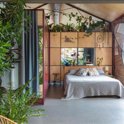 Arquitetura com estilo industrial, casa com tijolinhos e plantas, janelas redondas