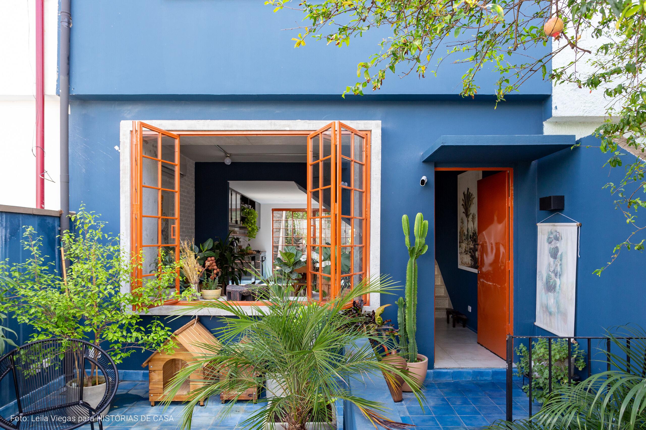 Casa de dois andares com decoração colorida e jardim aconchegante