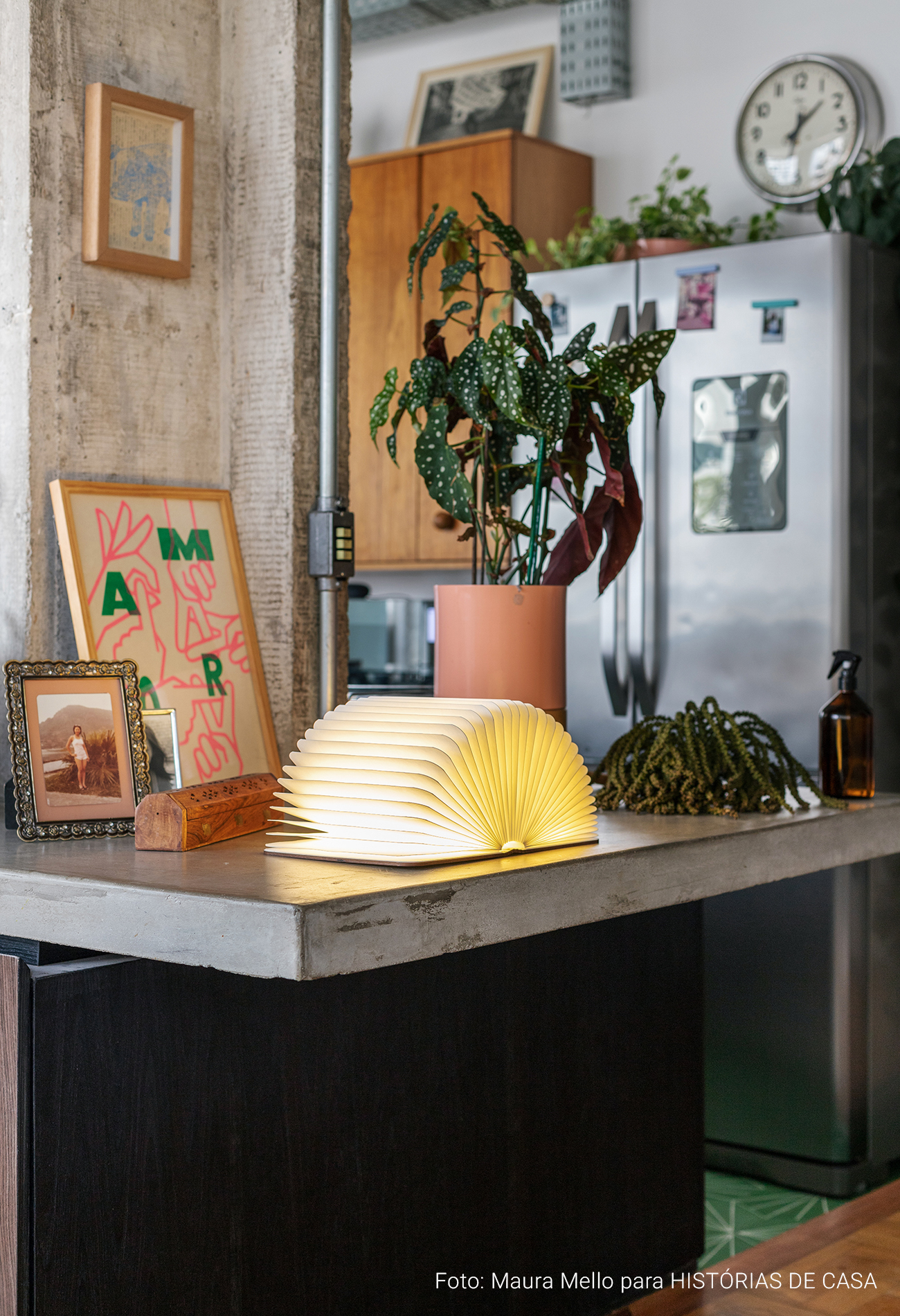 Apartamento com estilo industrial, cômodos integrados e muita iluminação natural