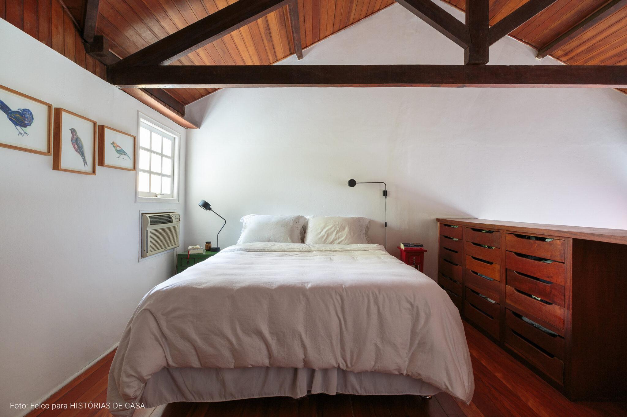 Casa de vila antiga com reforma e janelas de madeira