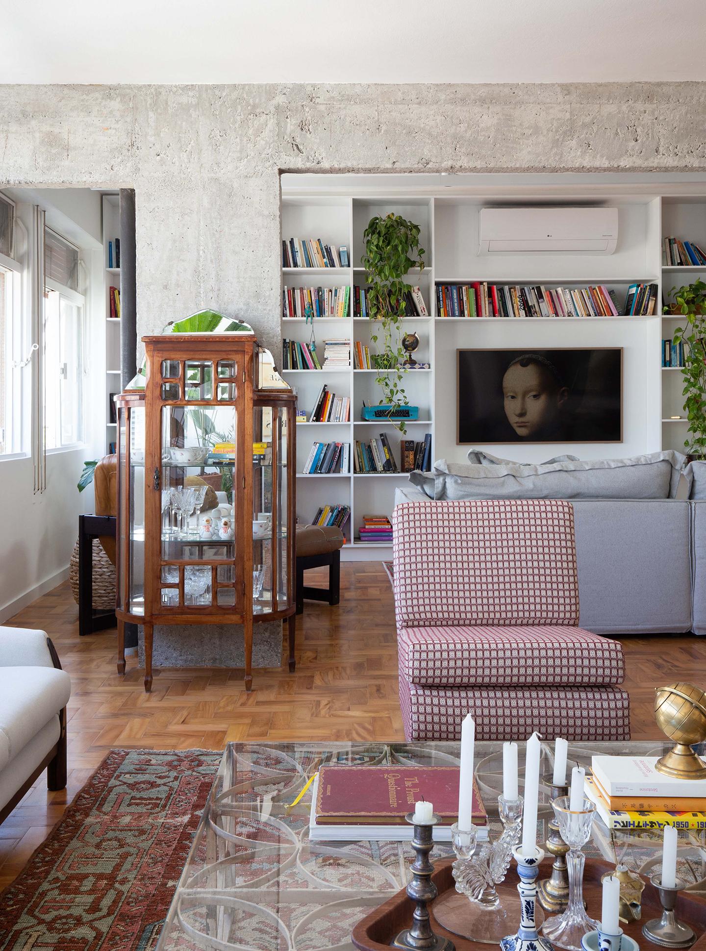 Apartamento com ambientes integrados e móveis vintage garimpados
