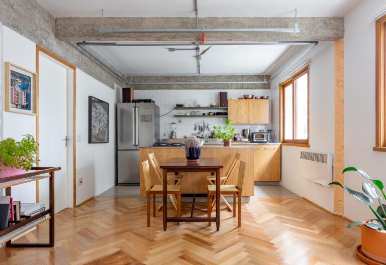 Apartamento modernista com arquitetura interessante e piso de madeira