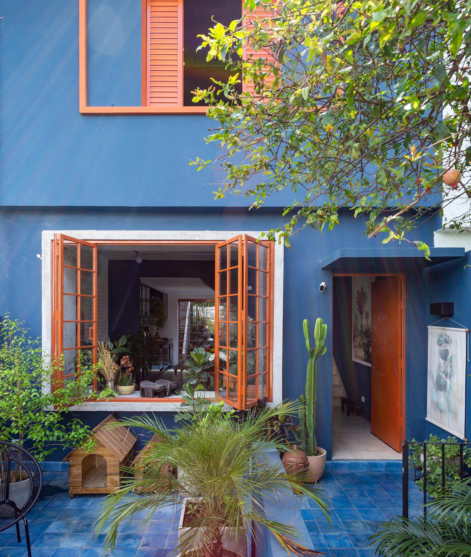 Casa colorida com jardim