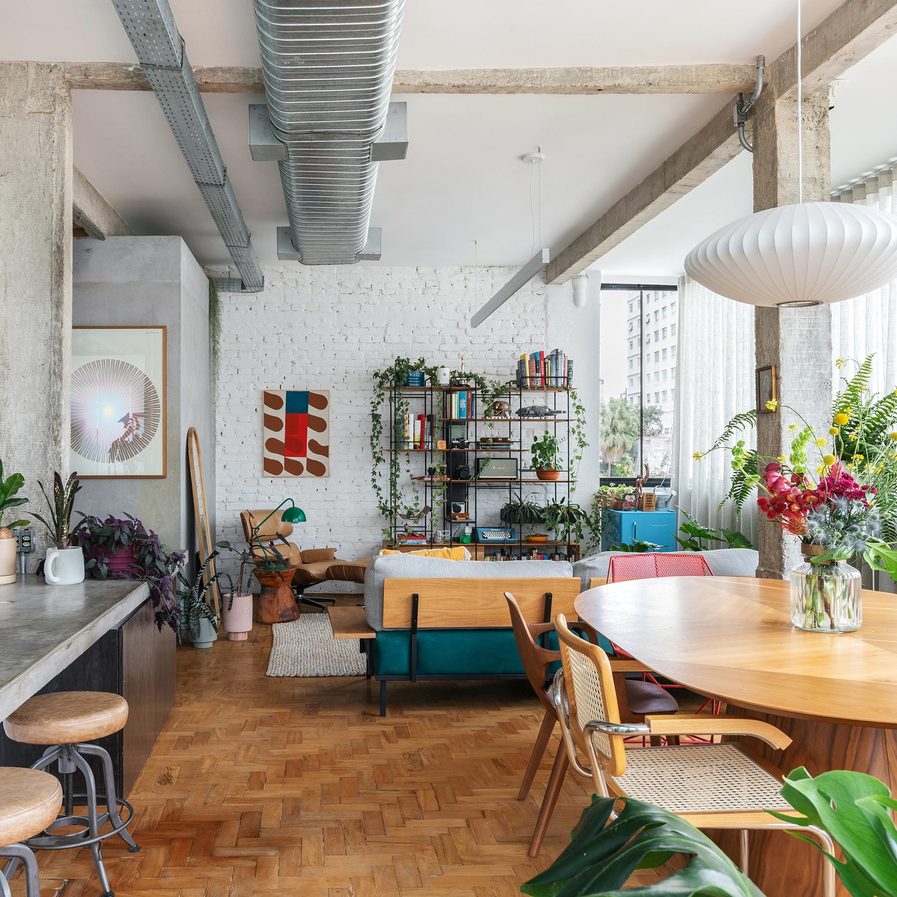 Apartamento com sala integrada, vigas de concreto e tijolinho branco