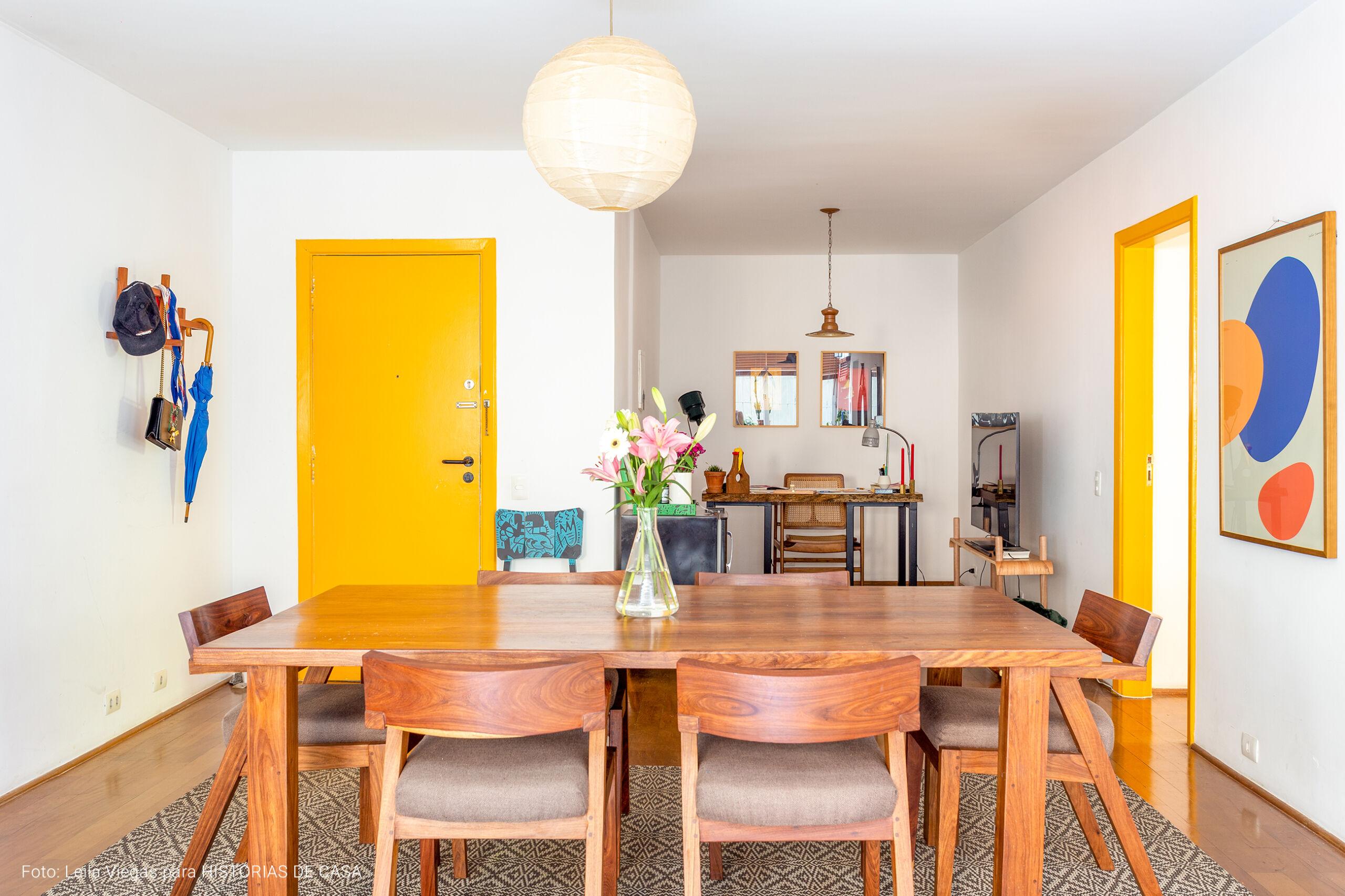 Apartamento com claraboia e decoração aconhegante com plantas e madeira