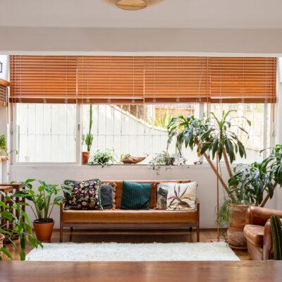 Apartamento acolhedor com plantas, cores neutras e claraboia